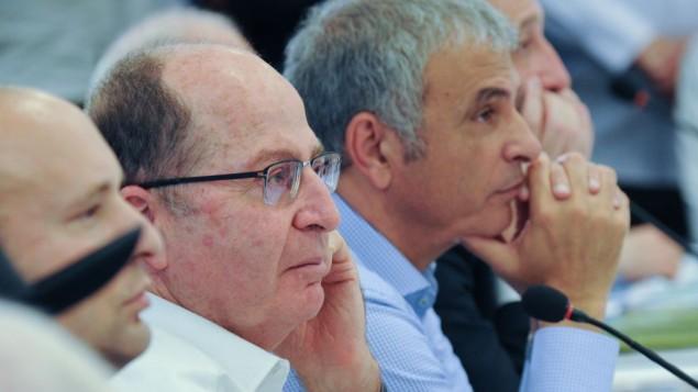وزير الدفاع موشيه يعالون خلال حضوره للجلسة الأسبوعية للحكومة، التي تم عقدها في هضبة الجولان، 17 أبريل، 2016. (Meir Vaknin/Pool)