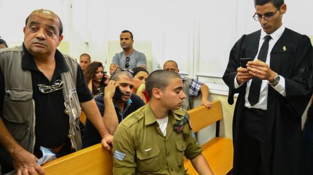 الرقيب إيلور عزاريا، المتهم بقتل منفذ هجوم فلسطيني منزوع السلاح في الخليل في الشهر الماضي، خلال جلسة في قاعة المحكمة العسكرية في يافا، 18 أبريل، 2016. (Flash90)