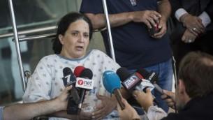 راحيل ددون تتحدث مع وسائل الإعلام في مستشفى 'هداسا' حيث ترقد هي وابنتها بعد إصابتهما في انفجار حافلة في القدس وقع في 19 أبريل، 2016. وأصيبت راحيل بجروح متويطة فيما وصفت حالة إبنتها بالخطيرة. (Hadas Parush/Flash90)