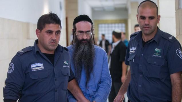 يشاي شليسل، في الوسط، خلال اقتياده إلى قاعة المحكمة المركزية في القدس، 19 أبريل، 2016. (Yonatan Sindel/Flash90)