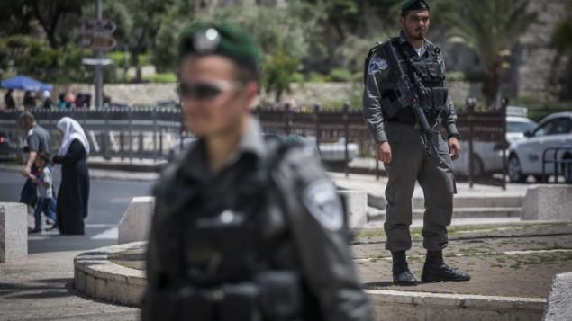 عناصر من شرطة حرس الحدود تحرس باب العامود في البلدة القديمة في القدس، 24 أبريل، 2016. (Parush/Flash90)