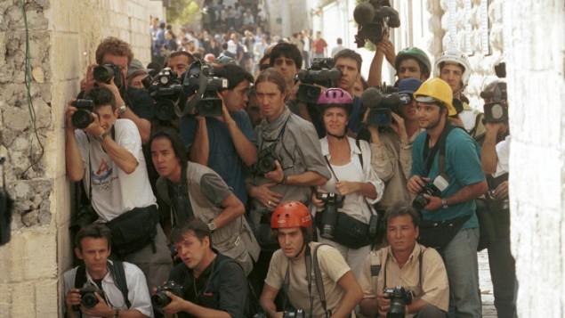 صحافيون أجانب يغطون مواجهات بين الإسرائيليين والفلسطينيين في عام 2000. ( Nati Shohat/Flash90)