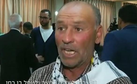 لقطة شاشة لفتحي الشريف، عم عبد الفتاح الشريف الذي قُتل بعد أن اطلق جندي إسرائيلي النار عليه في الرأس بينما كان ملقى على الأرض من دون حراك بعد تنفيذه لهجوم طعن ضد جنود إسرائيليين في الخليل. (لقطة شاشة من القناة 2)