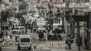 من الأرشيف: طواقم الطوارئ تتفقد المنطقة بعد تفجير انتحاري وسط إسطنبول، تركيا، 19 مارس، 2016. (Burak Kara/Getty Images via JTA)