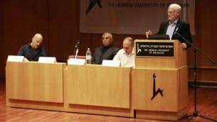 عاموس غلعاد، مدير مكتب الشؤون السياسية العسكرية في وزارة الدفاع، خلال كلمة ألقاها في مؤتمر حول الوضع الإقتصادي في غزة في الجامعة العبرية في القدس، 13 أبريل، 2016. (Judah Ari Gross/Times of Israel)