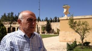 منيب المصري في منزله، بيت فلسطين، الذي يطل على نابلس، 8 أبريل، 2014. (Suha Halifa/Times of Israel)