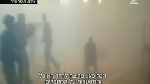 القوات الإسرائيلية تجري محاكاة لعملية للتغلب على مسلحين يحتجزون رهائنا، في تمرين في قاعة طعام في كيبتوتس إيريز، القريب من غزة، 14 أبريل، 2016. (لقطة شاشة من القناة 2)