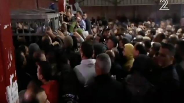 لقطة شاشة من تقرير للقناة 2 عند معبر قلنديا في 15 أبريل، 2016، والذي يظهر الصعوبة التي يعاني منها العمال الفلسطينيون عند عبورهم إلى داخل إسرائيل من الضفة الغربية. (لقطة شاشة: القناة 2)