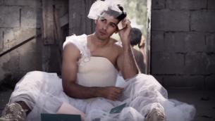"""لقطة شاشة من فيديو كليب لأغنية """"فساتين"""" لفرقة """"مشروع ليلى""""، التي تتحدى الدور التقليدي للزواج في المجتمع. (Courtesy: YouTube)"""