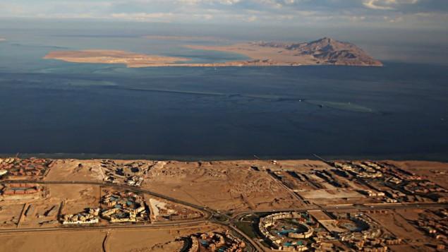 جيرة تيران، في مقدمة الصورة، وجزيرة صنافير، في خلفية الصورة، اللتان تقعان في مضيق تيران بين شبه جزيرة سيناء المصرية والسعودية. (Stringer/AFP/Getty Images, via JTA)