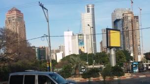 """صورة منطقة بورصة الماس في رمات غان، حيث تعمل الكثير من شركات الخيارات الثنائية، 3 أبريل، 2016. لافتة على المبنى تحمل عبارة، """"بورصة الماس: فخر وطني"""". (Simona Weinglass/The Times of Israel)"""