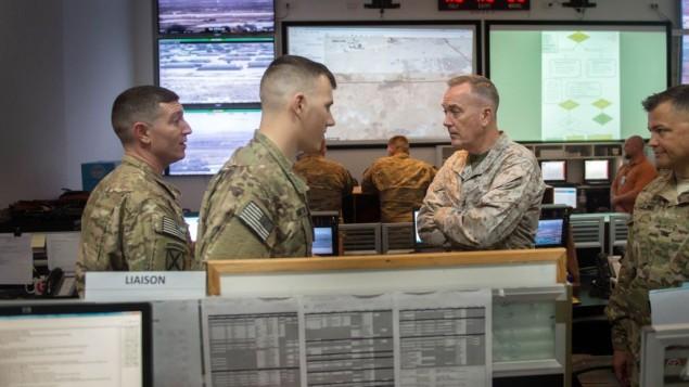 رئيس هيئة اركان الجيش الأمريكي جوزيف دنفورد يتحدث مع جنود في 'القوة المتعددة الجنسيات' في قاعدة الغورة في شبه جزيرة سيناء المصرية، 21 فبراير 2016 (D. Myles Cullen/US Department of Defense)