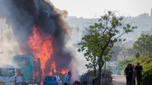رجال الإطفاء وطواقم الإسعاف في موقع إنفجار الحافلة في القدس، 18 أبريل، 2016. (Nati Shohat/Flash90)