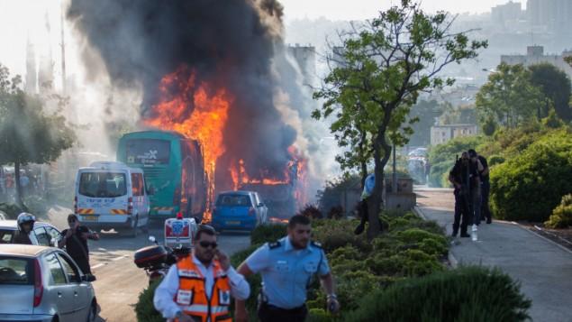 طواقم إطفاء وإنقاذ في موقع انفجار الحافلة في القدس، والذي أصيب فيه 20 شخصا، في 18 أبريل، 2016. (Nati Shohat/Flash90)