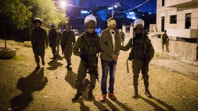 من الأرشيف: الجيش الإسرائيلي يعتقل فلسطينيا في مخيم دهيشة للاجئين، بالقرب من مدينة بيت لحم، 8 ديسمبر، 2015. (Nati Shohat/Flash90)