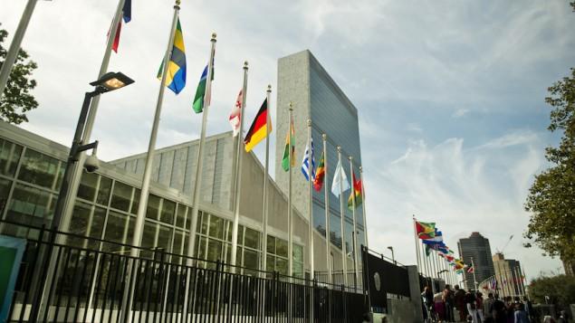 أعلام الدول الأعضاء في الأمم المتحدة ترفرف أمام مقر الأمم المتحدة في نيويورك، 25 سبتبمر، 2015. (JTA/Michael Gottschalk/Photothek via Getty Images)