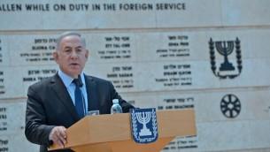 رئيس الوزراء بنيامين نتنياهو يتحدث خلال حدث في وزارة الخارجية يوما قبل يوم احياء ذكرى الجنود وضحايا الارهاب، 10 مايو 2016 (Chaim Tzach/GPO)