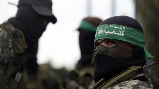 مقاتلون من حركة حماس خلال جنازة في قطاع غزة في 29 يناير، 2015، لسبعة من نشطاء الحركة الذين قُتلوا بعد إنهيار نفق يدخل الأراضي الإسرائيلية. (AFP/Mohammed Abed)