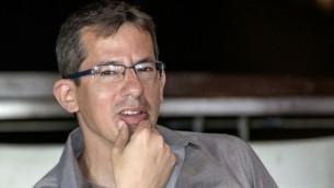 """حاغاي إلعاد، المدير التنفيذي لمنظمة """"بتسيلم""""، في مؤتمر صحفي في تل أبيب، 5 فبراير، 2016. (AFP/Jack Guez)"""