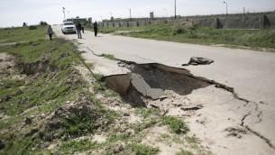 صورة التقطت في 1 مارس 2016 تظهر انهيار للاسفلت في شارع مجاور للحدود بين مصر وغزة في مدينة رفح، جنوب قطاع غزة (AFP PHOTO / SAID KHATIB)
