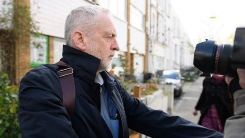 زعيم حزب العمال البريطاني جيرمي كوربن يغادر منزله في لندن، 29 ابريل 2016 (AFP/Leon Neal)