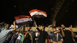 متظاهرون يحتفلون باقتحام المنطقة الخضراء الشديدة التحصين ببغداد، 30 ابريل 2016 (AHMAD AL-RUBAYE / AFP)