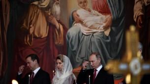 الرئيس الروسي فلاديمير بوتين، رئيس الحكومة ديمتري مدفيديف وزوجته خلال قداس عيد الفصح في كاتدرائية المسيح المخلص في موسكو، 1 مايو 2016 (KIRILL KUDRYAVTSEV / AFP)