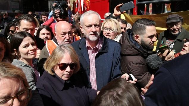 زعيم حزب العمال البريطاني جيرمي كوربن بعد مسيرة لاحياء عيد العمال في لندن، 1 مايو 2016 (AFP/JUSTIN TALLIS)