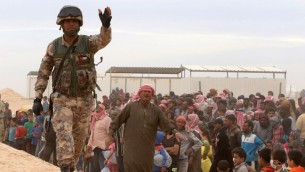 جندي اردني يحرس بينما يصل لاجئون سوريون الى مخيم اردني في شمال شرق الاردن، 4 مايو 2016 (KHALIL MAZRAAWI / AFP)