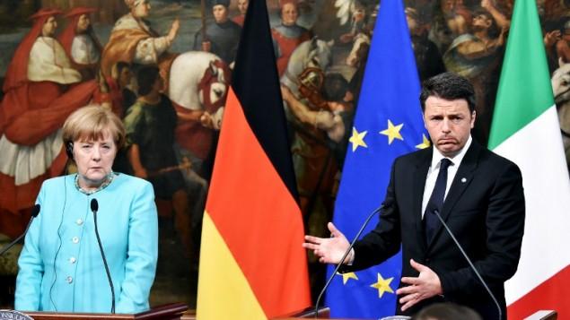 المستشارة الألمانية أنغيلا ميركل  مع رئيس الوزراء الإيطالي ماتيو رينزي خلال مؤتمر صحافي مشترك في روما، 5 مايو 2015 (ALBERTO PIZZOLI / AFP)