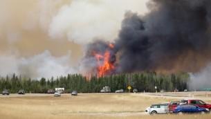 حريق في المنطقة المحيطة بمدينة فورت ماكموري، مركز الرمال النفطية في كندا، 6 مايو 2016 (COLE BURSTON / / AFP)