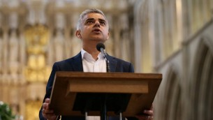 رئيس بلدية لندن الجديد صادق خان خلال مراسيم تأديه اليمين في كاتدرائية ساوثورك قرب جسر لندن، 7 مايو 2016 (YUI MOK / POOL / AFP)