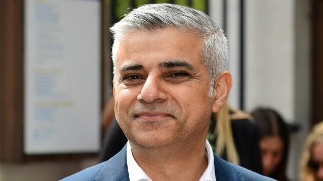 رئيس بلدية لندن الجديد صادق خان بعد تأديه اليمين في كاتدرائية ساوثورك قرب جسر لندن، 7 مايو 2016 (LEON NEAL / AFP)