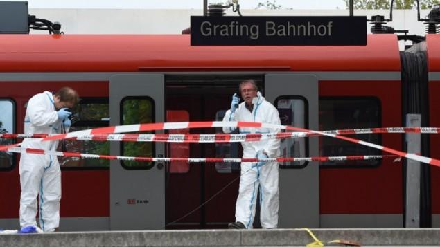 خبراء طب شرعي في الشرطة يفحصون محطة قطارات حيث قام رجل بقتل شخص واصابة ثلاثة طعنا، 10 مايو 2016 (CHRISTOF STACHE / AFP)