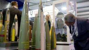 """صواريخ معروضة في معرض """"سوفكس 2016"""" للصناعات الدفاعية في عمان،  10 مايو 2016 (KHALIL MAZRAAWI / AFP)"""