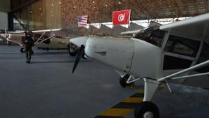 طائرات مراقبة امريكية قدمتها الولايات المتحدة الى تونس داخل قاعدة عسكرية تونسية، 12 مايو 2016 (FETHI BELAID / AFP)