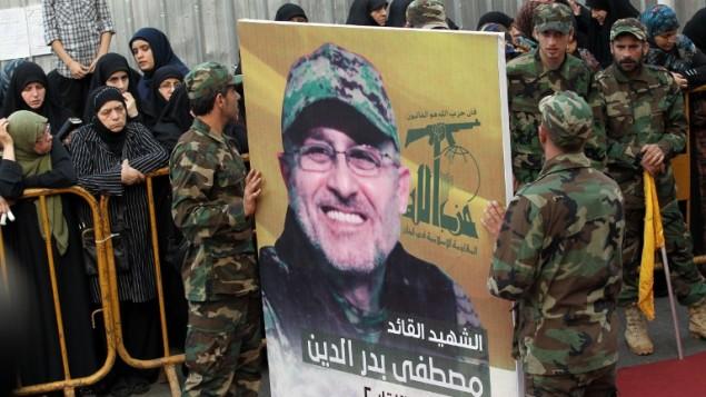 مقاتلي تنظيم حزب الله يحملون صورة مصطفى بدر الدين في بيروت، 13 مايو 2016 (AFP/ ANWAR AMRO)