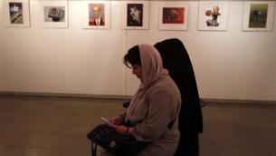 نساء ايرانيات في المعرض الدولي الثاني للرسومات حول المحرقة في طهران، 14 مايو 2016 (ATTA KENARE / AFP)
