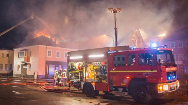 رجال الاطفاء يحاولون اخماد حريق في مأوى للاجئين في المانيا، 21 فبراير 2016 (RICO LOEB / DPA / AFP)