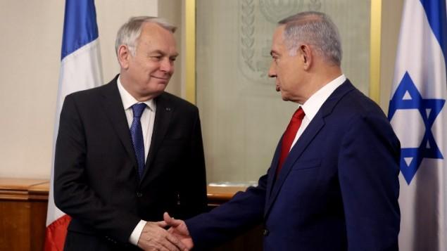 بينيامين نتنياهو، من اليمين، يصافح وزير الخارجية الفرنسي جان مارك آيرولت في 15 مايو، 2016، خلال لقاء جمعهما في ديوان رئيس الوزراء في القدس. (AFP/POOL/MENAHEM KAHANA)