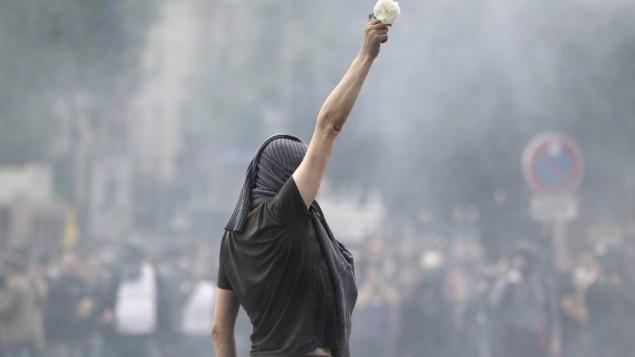 متظاهرة ترفع زهرة بيضاء اثناء مظاهرة ضد قانون العمل الفرنسي الجديد، في باريس، 26 مايو 2016 (MATTHIEU ALEXANDRE / AFP)