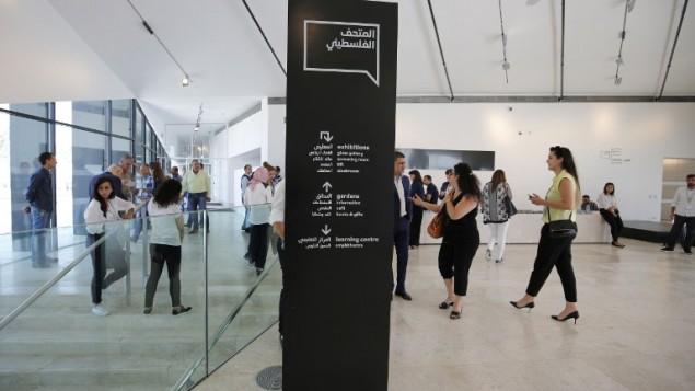 صحفيون يزورون المتحف الفلسطيني في بلدة بير زيت في الضفة الغربية، 17 مايو 2016 (AFP PHOTO / ABBAS MOMANI)