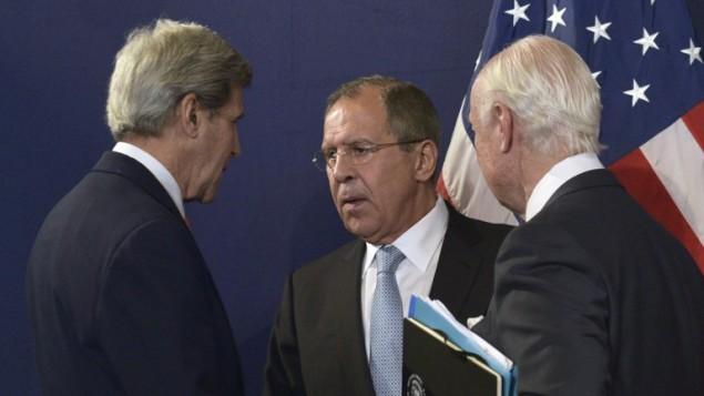 وزيري الخارجية الاميركي جون كيري والروسي سيرغي لافروف، ومبعوث الامم المتحدة الى سوريا ستافان دي ميستورا خلال مؤتمر صحفي بعد محادثات في فيينا، 17 مايو 2016 (HANS PUNZ / APA / AFP)