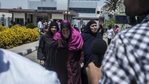 عائلات الركاب الذين كانوا على متن طائرة 'مصر للطيران' التي سقطت بطريقها من القاهرة الى باريس، خارج مطار القاهرة الدولي، 19 مايو 2016 (AFP PHOTO / KHALED DESOUKI)