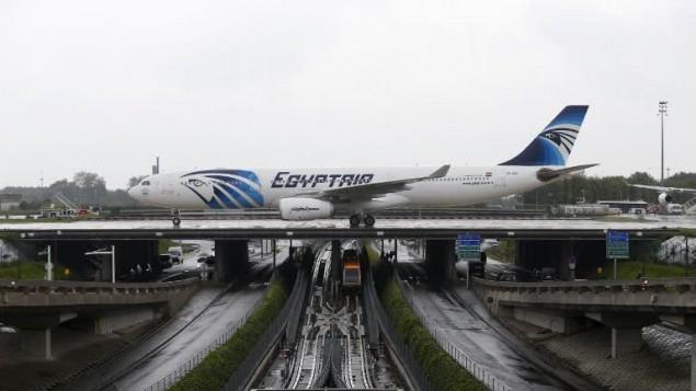 طائرة تابعة لشركة 'مصر للطيران' في مطار شارل ديغول في باريس، 19 مايو 2016 (THOMAS SAMSON / AFP)