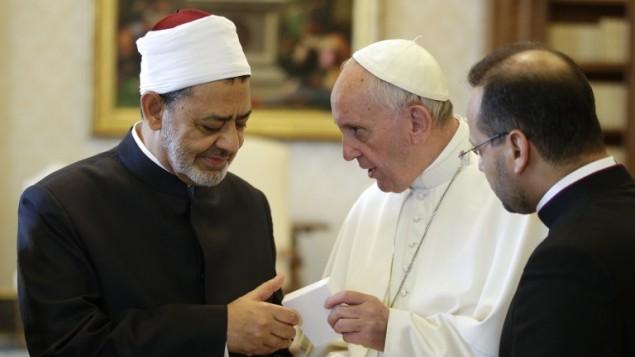 البابا فرنسيس يستقبل شيخ الازهر احمد الطيب في الفاتيكان، 23 مايو 2016 (MAX ROSSI / POOL / AFP)