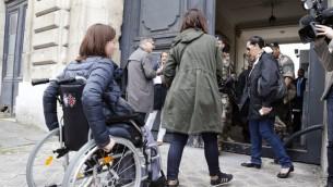 ضحايا اعتداءات باريس واقرباء لهم يصلون الى اجتماع مع قضاة للاطلاع على ما توصلت اليه التحقيقات حتى الان في باريس، 24 مايو 2016 (FRANCOIS GUILLOT / AFP)