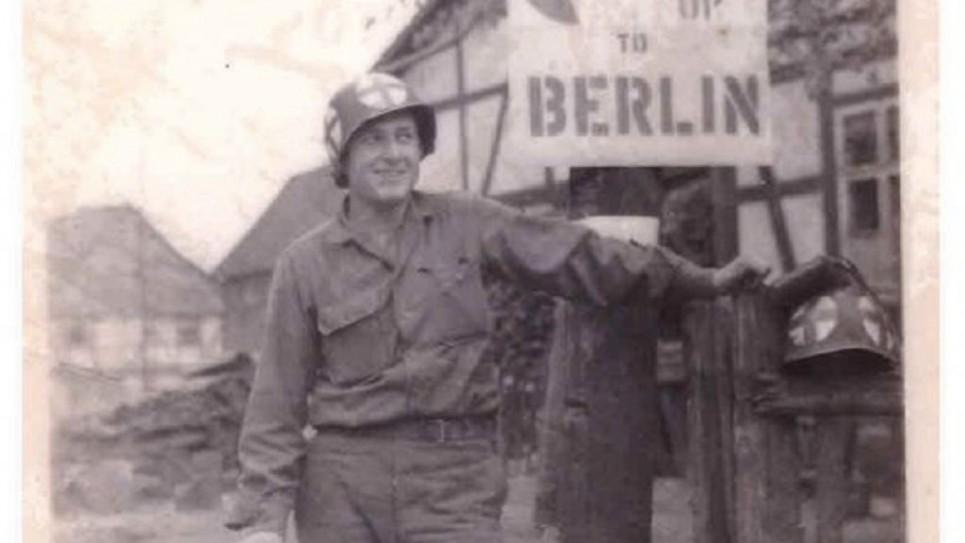جولز هلفنر، شمال غوتينغن، ألمانيا، في أبريل 1945. (Jules Helfner)