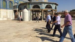 """أعضاء كنيست من """"القائمة المشتركة"""" يسيرون من أمام قبة الصخرة في الحرم القدسي في مدينة القدس، الثلاثاء، 28 يوليو، 2015. (courtesy)"""