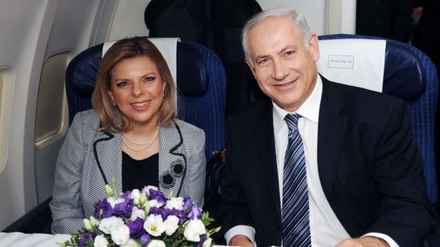 رئيس الوزراء بينيامين نتنياهو وزوجته سارة على متن طائرة في مطار بن غوريون، 24 أغسطس، 2009. (Amos Ben Gershom/GPO/Flash90)